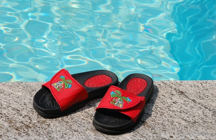 Badeschuhe am Swimmingpool